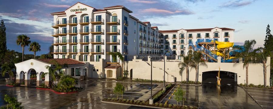 Las áreas de la fachada de los hoteles, el parque acuático y los estacionamientos