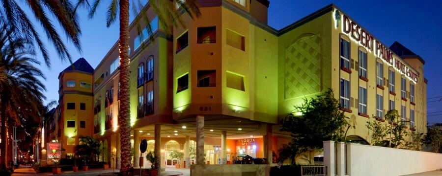 La entrada frontal a Desert Palms Hotel & Suites iluminada en la noche