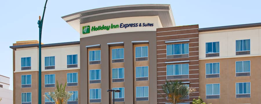 The front of a hotel with a sign that reads Holiday Inn Express & Suites