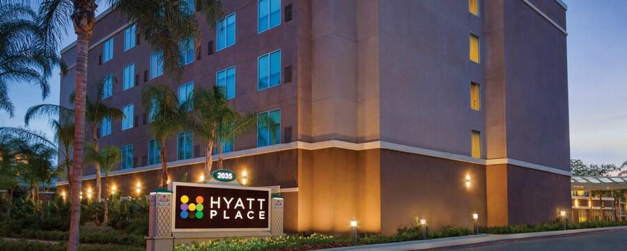 El exterior de Hyatt Place at Anaheim Resort/Convention Center de noche rodeado por palmeras