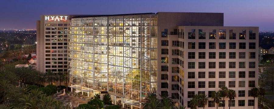 La estructura moderna de Hyatt Regency Orange County iluminada en la noche