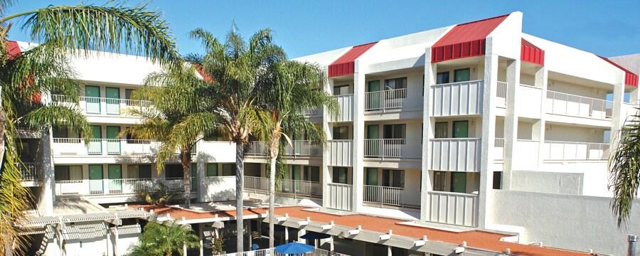 Palmeras y, más allá, los edificios en la parte trasera de Motel 6 Anaheim Maingate