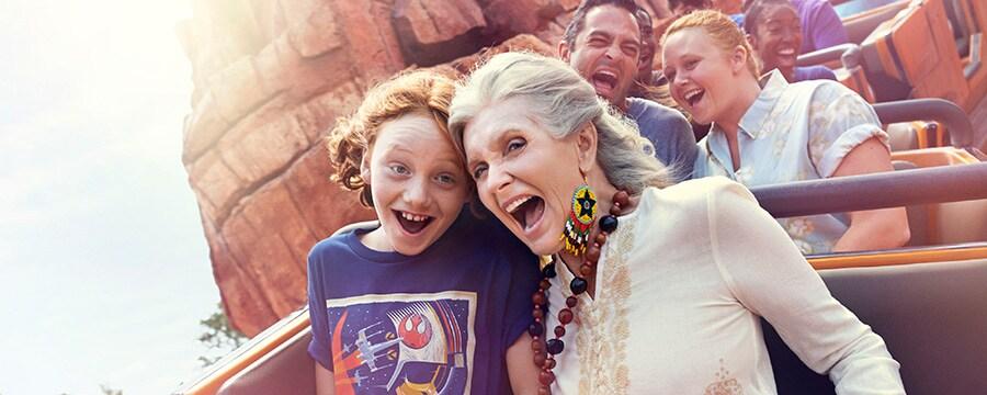 Una abuela y su nieta gritan de alegría en la montaña rusa de Walt Disney hotel