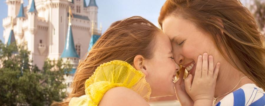 Mãe e filha em um abraço caloroso em frente ao Cinderella Castle, no Magic Kingdom Park