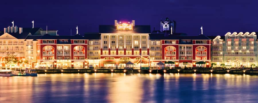 Área do Disney's BoardWalk iluminada à noite, vista do Crescent Lake