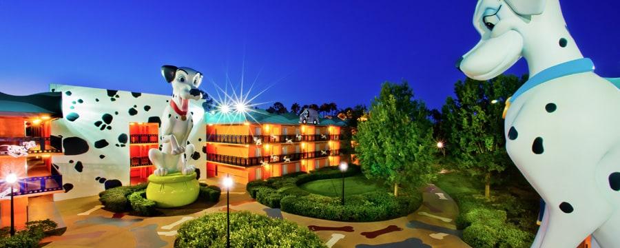 Las estatuas de Perdita y Pongo sobresalen en Disney's All-Star Movies Resort