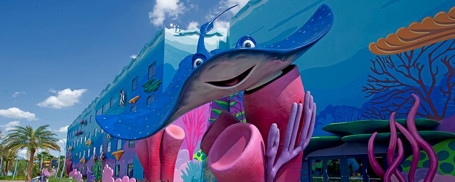 Una estatua de Mr. Ray en la puerta del ala de Finding Nemo en Disney's Art of Animation Resort