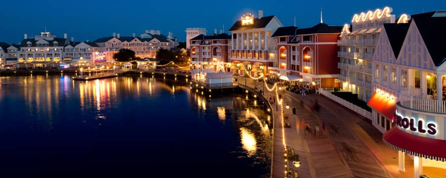 Disney's BoardWalk Villas et Crescent Lake, éclairés la nuit