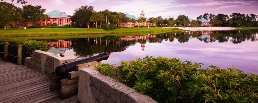 Disney's Caribbean Beach Resort visto desde Barefoot Bay al atardecer