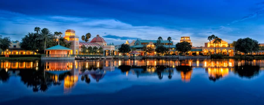 Uma vista do lago do Disney's Coronado Springs Resort iluminado ao entardecer