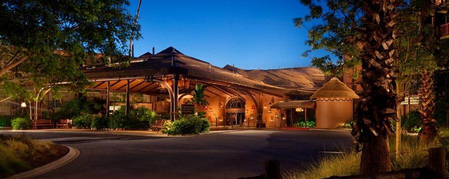 Une vue nocturne sur le bâtiment principal du Disney's Animal Kingdom Villas – Kidani Village