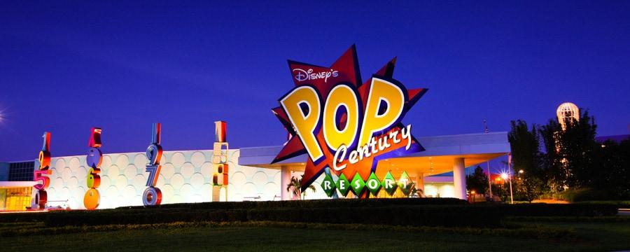 O letreiro colorido e entrada do Disney's Pop Century Resort