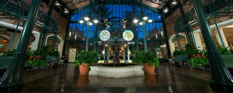 O saguão do The Mint, o principal prédio no Disney's Port Orleans Resort – French Quarter