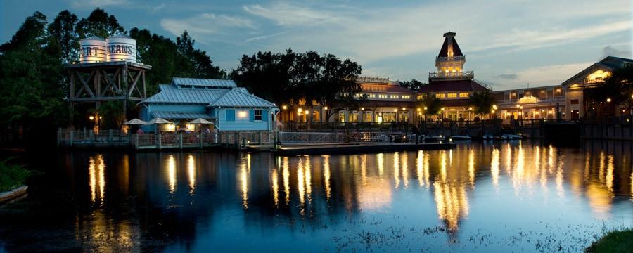 Vue de la rivière Sassagoula au Disney's Port Orleans Resort – Riverside, en soirée