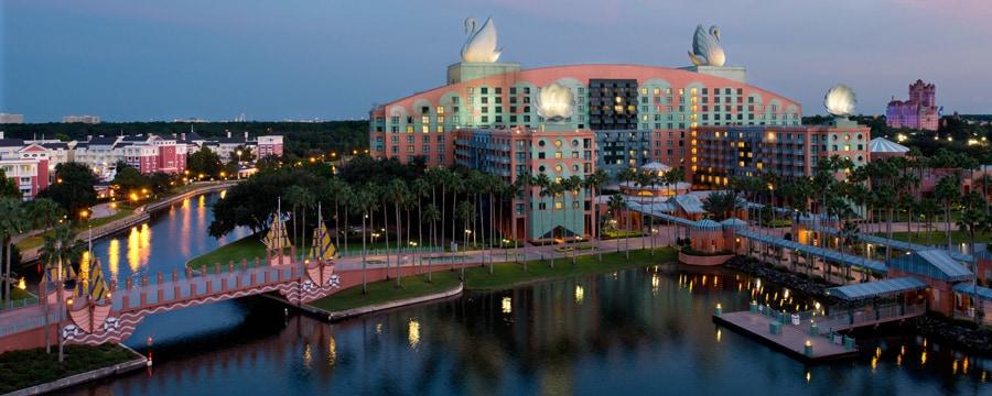 L'hôtel Walt Disney World Swan situé sur la rive du Crescent Lake à l'aurore