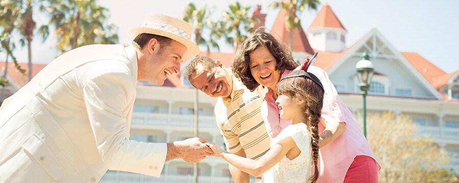 Um simpático funcionário cumprimentando uma garota do lado de fora do Disney's Grand Floridian Resort & Spa