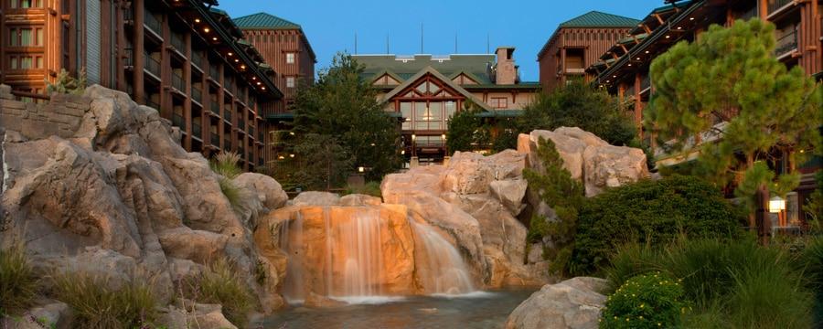 Um riacho cuja água forma uma cascata pelas pedras no pátio do Disney's Wilderness Lodge