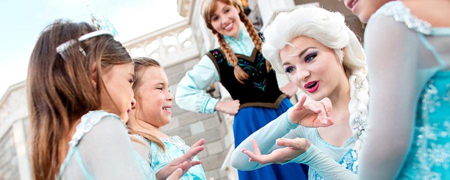 Anna e Elsa se encontram com jovens Visitantes durante uma experiência de Encontro com Personagens do Walt Disney World