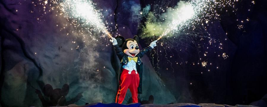 Las manos de Mickey Mouse lanzan destellos durante Fantasmic