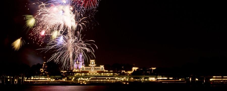 Les feux d'artifice illuminent le ciel nocturne au-dessus du Seven Seas Lagoon au Walt Disney World Resort